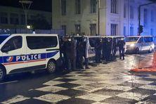 Déploiement des forces de l'ordre aux abords de la préfecture de Fort-de-France.