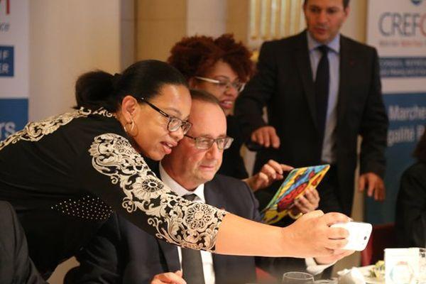 A table, François Hollande se prend volontiers au jeu des selfies