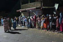 Une centaine d'élèves à un arrêt de bus très tôt le matin