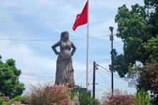 Une statue de la mulâtresse Solitude, symbole de la résistance guadeloupéenne à l'esclavagisme, est érigée sur le boulevard des Héros aux Abymes en Guadeloupe.