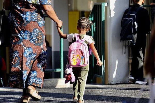 Enfant allant à l'école, image d'illustration