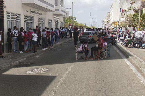 Lycéens devant la préfecture