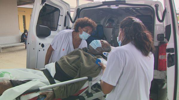 Un patient est interrogé sur ses symptômes à l'arrivée au Médipôle. 7 septembre 2021