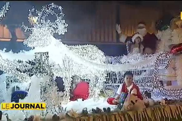 Le Père Noël et ses lutins paradent à Papeete