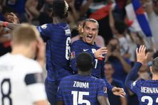 Antoine Griezmann fête son deuxième but face à la Finlande avec Paul Pogba.
