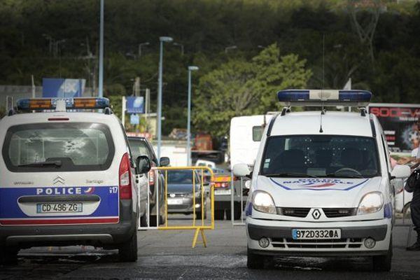 La police filtre la circulation à l'entrée de la zone