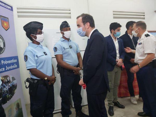 Sébastien Lecornu à la gendarmerie de Baie-Mahault