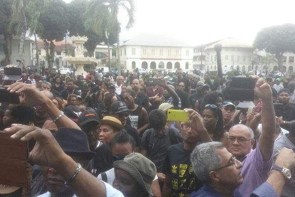 La foule attend les résultats de l'entretien avec le préfet