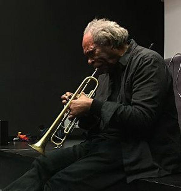 Jacques Coursil jouant de la trompette