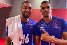 Le Guadeloupéen Daryl Bultor (à gauche) et le Réunionnais Stephen Boyer (à droite) après la qualification de l'équipe de France masculine de volley en finale des JO des Tokyo.