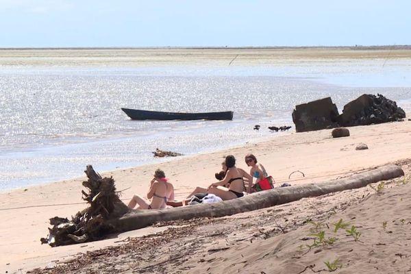 Touristes sur la plage de Yalimapo