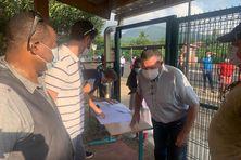 Le personnel enseignant très mobilisé pour la distribution des leçons et des exercices aux parents et élèves.