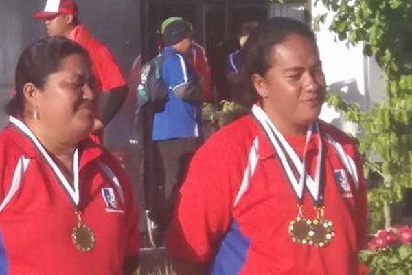 Tautapu Tofata et Atonia Lutovika, médaille d'or en doublette de pétanque
