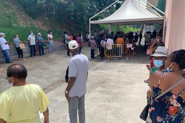 File d'attente au centre de vaccination du Lamentin