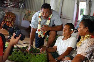 tournage d'un film-reportage sur la santé à wallis. Edouard Malakai pour Pacific TV PROD