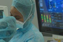 Infirmières à l'hôpital au chevet d'un malade.