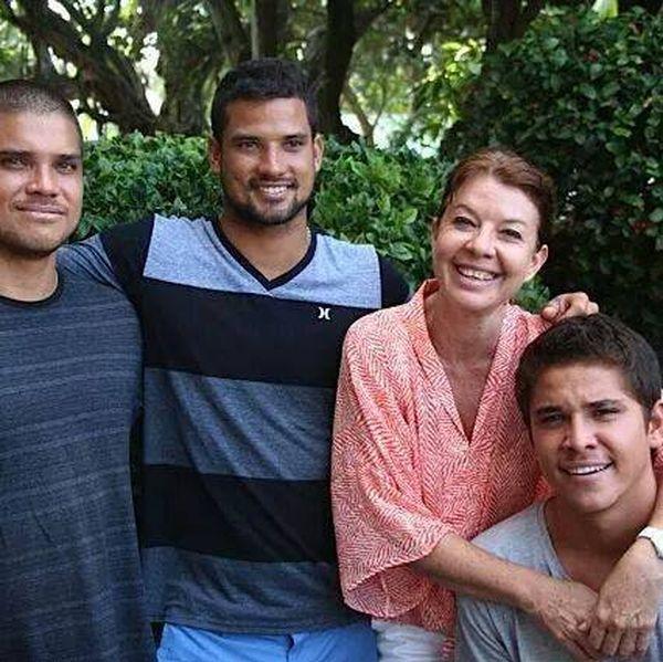 Les 3 frères Bourez : Naea, Michel et Kevin, ainsi que Nathalie Bourez, leur tante, mais aussi l'animatrice radio de Polynésie 1ère