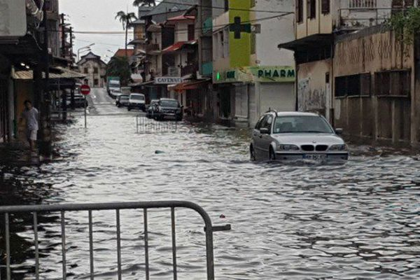 Les fortes pluies provoquent des inondations à Cayenne