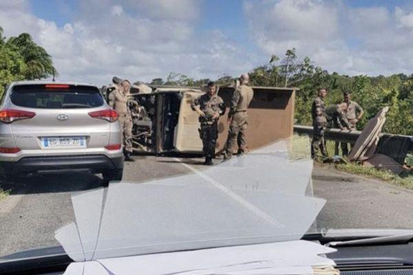 Faits Divers : Un camion militaire s'est renversé à l'entrée de Sinnamary