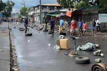 Ne pouvant se rassembler en raison d'un déploiement impressionnant des forces de l'ordre, les manifestants ont parsemé les rues de Moroni de pneus et de pierres.
