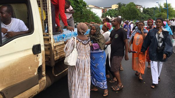 Femmes se ravitaillant en eau