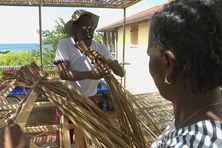 Atelier de fabrication de toits en paille aux Anses d'Arlet.