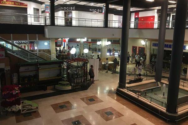 File d'attente à l'intérieur du centre commercial