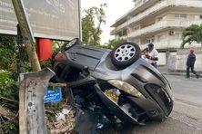 La voiture accidentée sur la route principale de Didier, en présence de la police qui constate les dégâts
