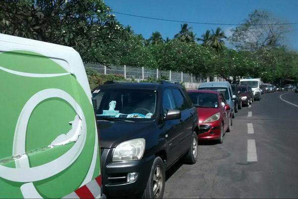 File d'attente à la station essence de Pamandzi
