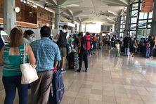 Premier week-end de chassé-croisé des vacances à l'aéroport Roland-Garros, à La Réunion