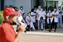 Mobilisation devant le CHU Nord de La Réunion pour la titularisation de personnels précaires.