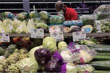 Des légumes sont disposés dans un rayon d'un supermarché parisien, le 22 janvier 2021.