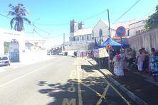 A 11h30, jeudi 6 mai, près d'une centaine de personnes étaient postées rue Surleau sous la bannière de l'Ican.