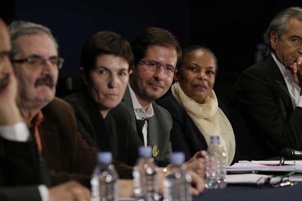 Christiane Taubira le 17 novembre 2013 à Paris lors d'un rassemblement de soutien organisé par Bernard Henri Lévy (à droite), en présence de l'écrivain Christine Angot.