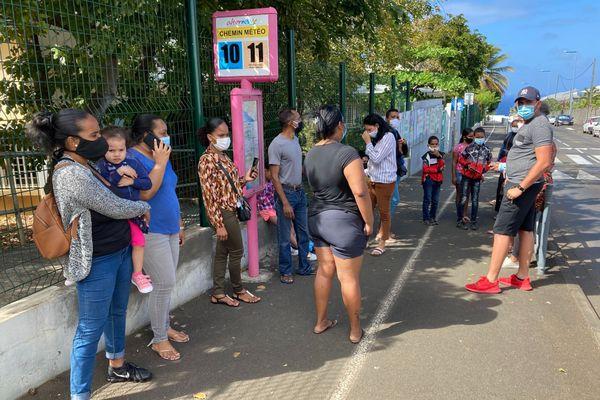 Manifestation de parents d'élèves de l'école Albert Camus à Terre-Sainte, suite à un cas covid