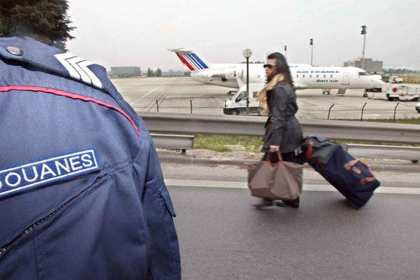 Un douanier de Roissy en garde à vue pour trafic de drogue