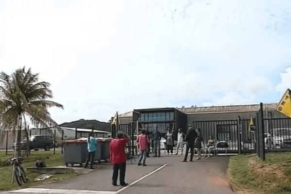 Barrage filtrant devant le rectorat de Cayenne