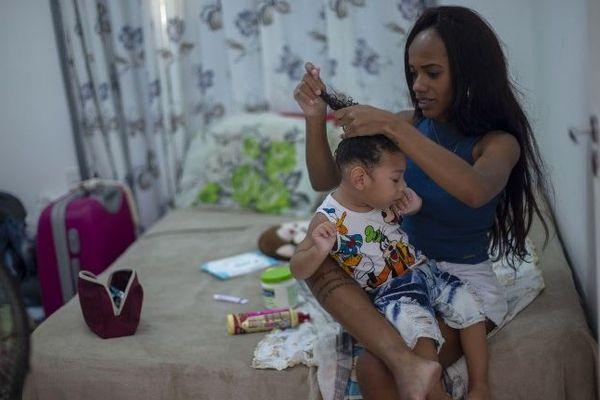 Thamires Cristina dos Santos Ferreira da Silva, 29 ans et son fils de deux ans Miguel