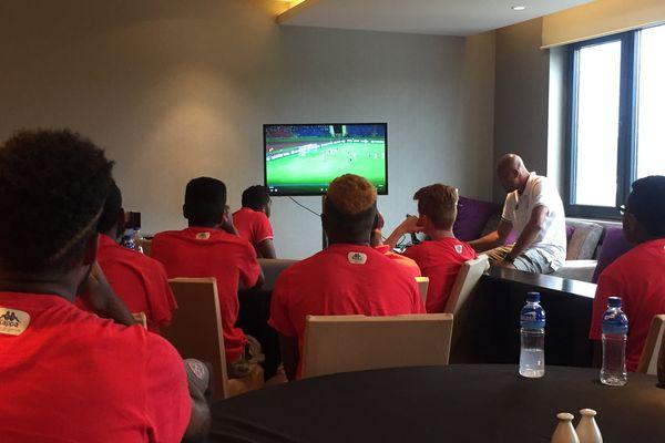 Le debriefing vidéo de la défaite contre la France.