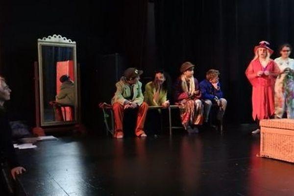 Sylvie Souvairan anime une stage d'improvisation et de clownerie