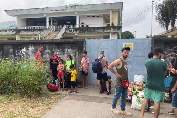 Les réfugiés de Buzaré devant la Croix rouge à Cayenne
