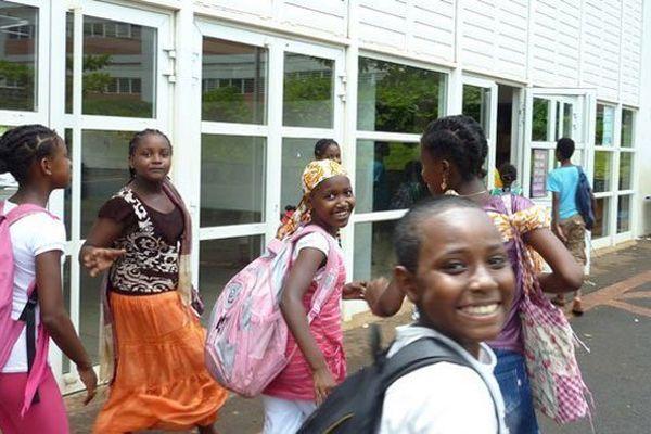 Des collégiens de Koungou, à Mayotte (en 2011)
