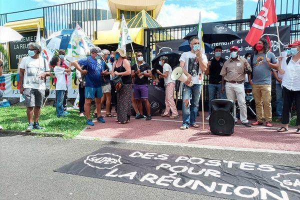 En grève, les enseignants manifestent devant le rectorat, à Saint-Denis