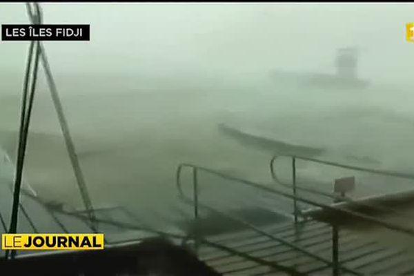 La force du cyclone Winston aux îles Fidji dépasse l'entendement. Plus de 300 km/h en rafale. Force 5, la plus forte jamais enregistrée dans l'archipel.