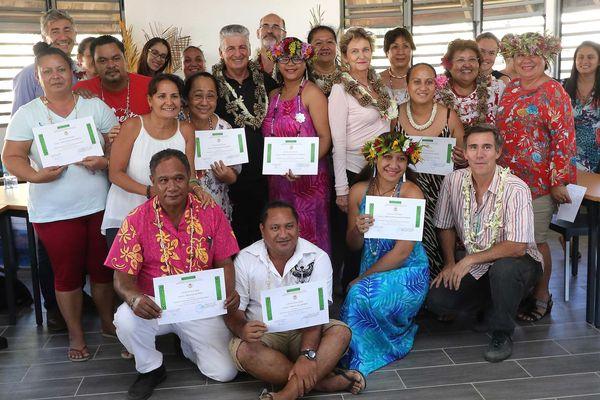 Remise d'attestation de formation continue pour dix auxiliaires de santé des îles