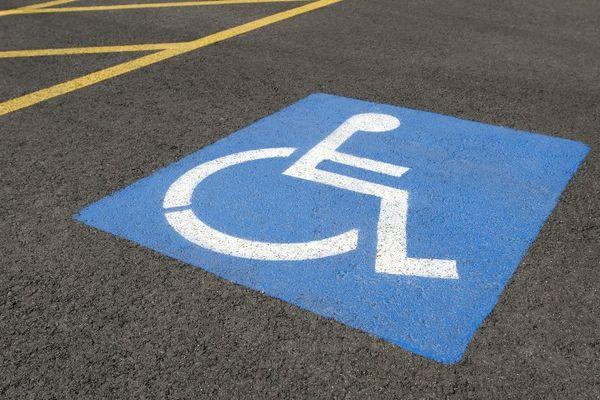 Comment sanctionner les personnes qui prennent les places prévues pour les handicapés ?