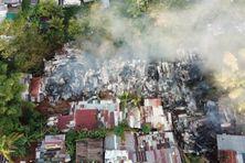 Vue aérienne des décombres  de l'incendie du squat Les bambous