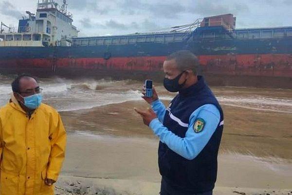 Le Hassina navire malgache échoué sur la plage de Tamatave