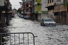 Les fortes pluies provoquent des inondations à Cayenne.
