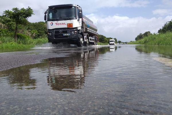 La RN 1 inondée entre Macouria et Kourou
